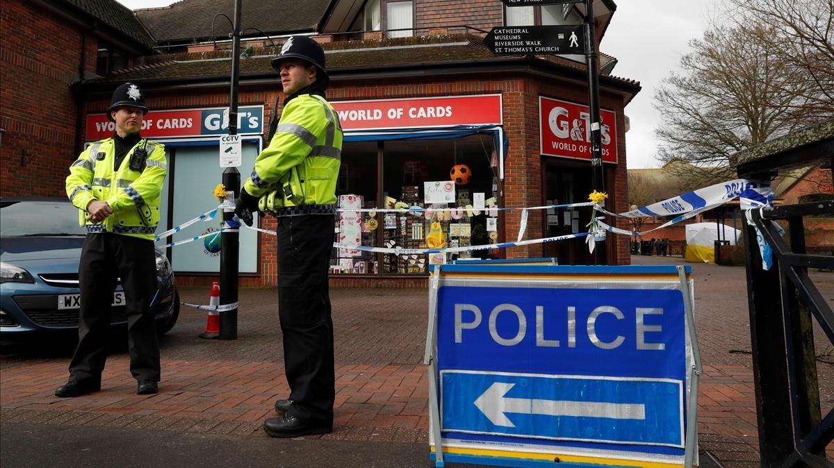 Dos policías británico custodia la zona de Salisbury donde fue envenenado Sergei Sripal y su hija Yulia.