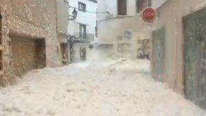 Unaespuma de marha invadido las calles de Tossa de Mar.