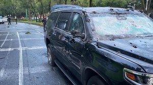 Estado del coche del jefe de seguridad de México DF tras el atentado sufrido.