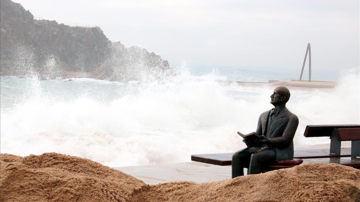 La estatua de Carl Fraust azotada por el viento y las olas, esta mañana, en Blanes.
