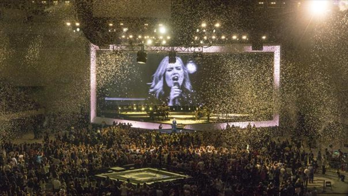 La estrella británica, rodeado por sus seguidores, durante el concierto de anoche.