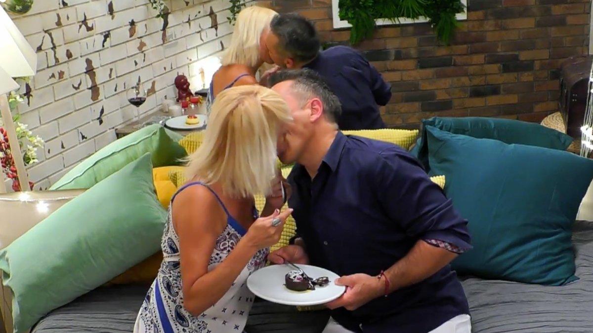 Eva y Alejandro besándose en 'First Dates'.