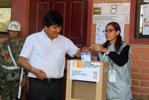 Evo Morales emitiendo su voto en las elecciones primarias de Bolivia.EFE EPA ABI