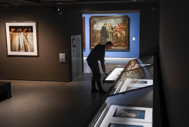Las obras exhibidas se disfrutan mirando las paredes o escrutando los cajones.