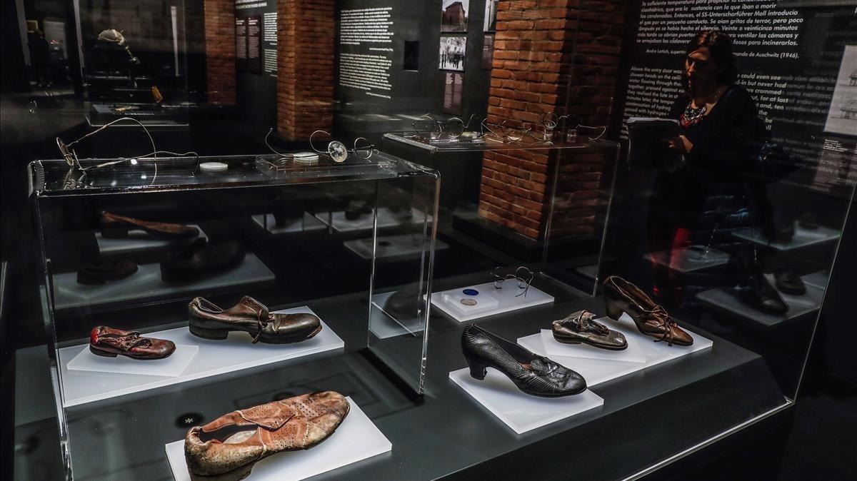 Gafas y zapatos de víctimas en la exposición sobre Auschwitz, en Madrid.