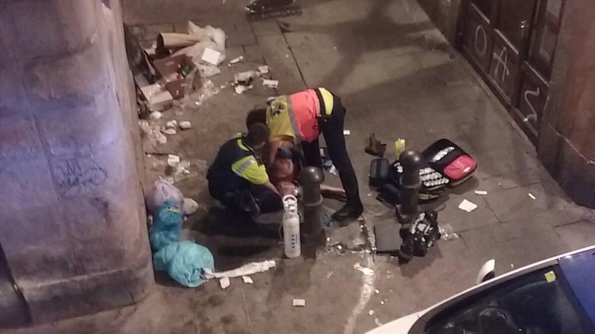 Efectivos atienden a un drogodependiente en la calle de En Roig.Fotografía facilitada por vecinos de la calle.