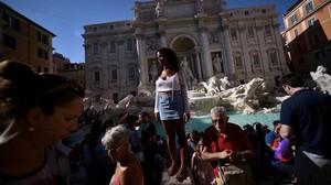 Turistas en la Fontana de Trevi, en Roma.
