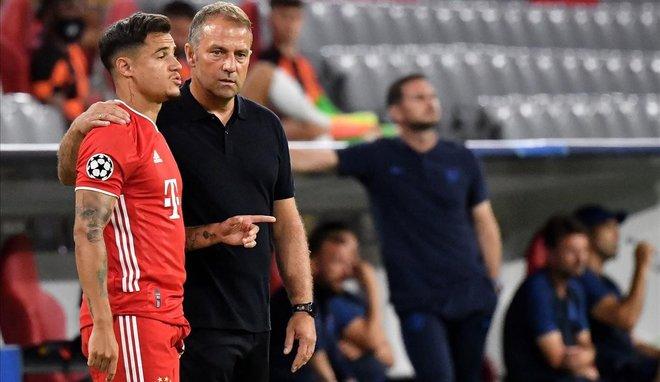 Flick da instrucciones a Coutinho antes de darle entrada en el Bayern-Chelsea de este sábado en los octavos de la Champions.