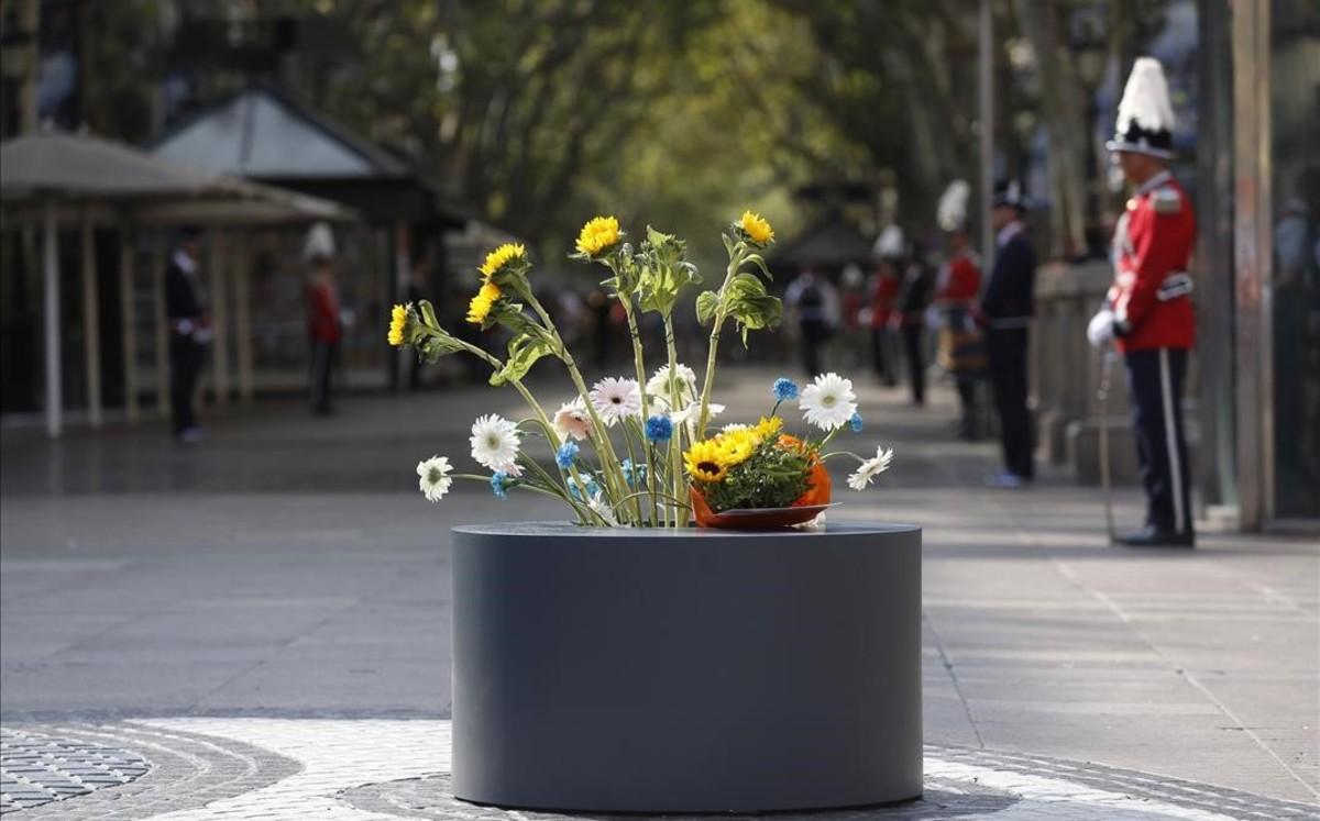 Flores en La Rambla en el aniversario de los atentados del 17A.