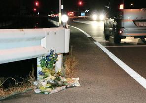 Flores junto al lugar donde una persona fue atropellada por un conductor, que estaba jugando a Pokémon Go, en Tokushima (Japón).