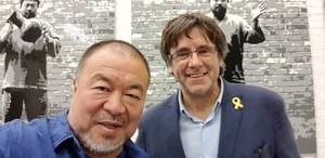 La foto de Carles Puigdemont y Ai Weiwei que el expresident ha publicado en su cuenta de Twitter.