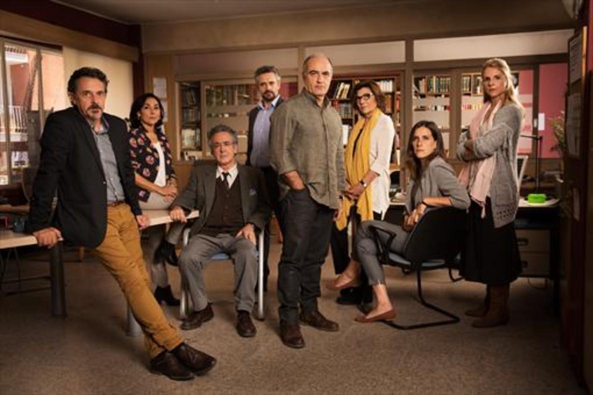 Francesc Orella (centro) junto al resto de actores que encarnan a los profesores de la serie 'Merlí'.