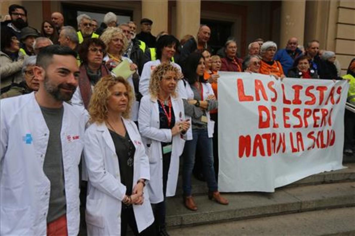 Concentración delante del Hospital de Vall d'Hebron, en Barcelona, este jueves por la mañana.