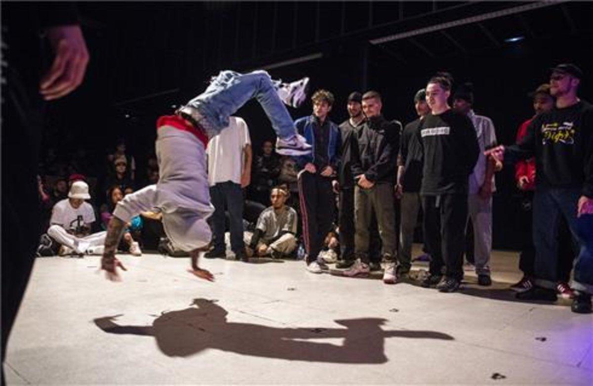 Una imagen de una competición de bailes urbanos como el breakdance.