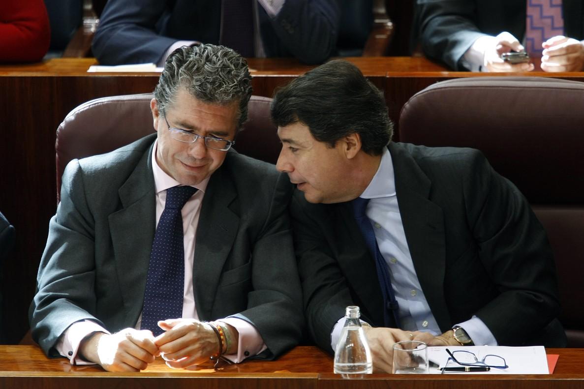Ignacio González y Francisco Granados charlando en la Asamblea de la Comunidad en 2010.