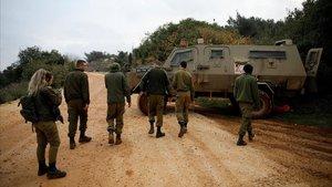 Un grupo de soldados patrulla cerca de la frontera entre Israel y el Líbano