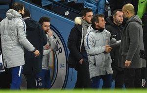 Guardiola saluda a Zola, después de que Sarri le negara la mano.