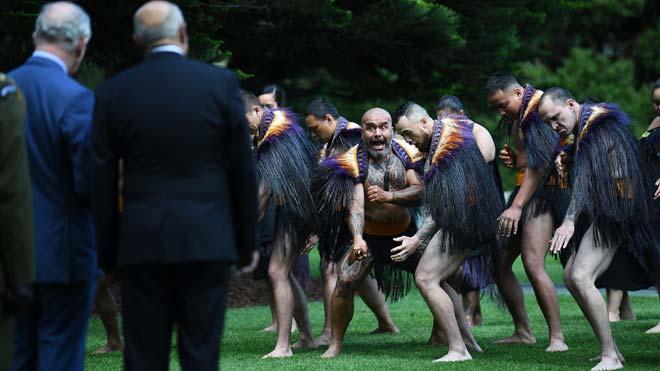 Guerreros maorís retan al príncipe Carlos en su visita a Nueva Zelanda.