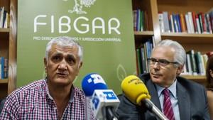 Hamza Yalcin (izquierda), en rueda de prensa junto a Baltasar Garzón, en Madrid, el 29 de septiembre.