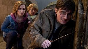Daniel Radcliffe (como el joven mago), Emma Watson (Hermione) yRupert Grint (Ron), en Harry Potter y las reliquias de la muerte 2.
