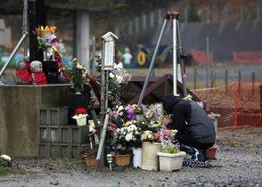 Un hombre ora en unaltar de la víctimas del terremoto y tsunami en Fukusima, Japón.