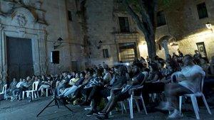 Una proyección de CineMigrante al aire libre en la plaza Sant Felip Neri.