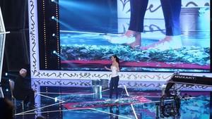 Una concursanteanda sobre vidrios rotos ante Blake, en 'Pura magia'.