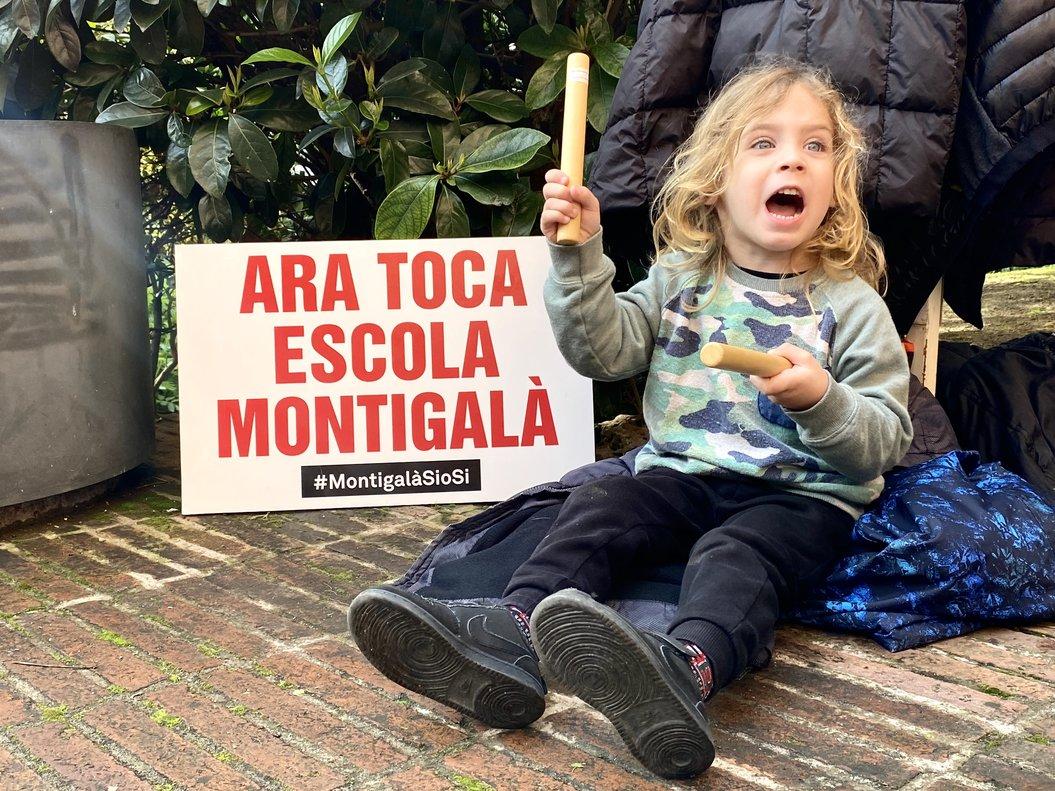 Roc, alumno de la escuela Montigalà, durante la protesta de este miércoles frente a Educació.