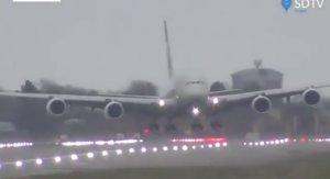 El impresionante aterrizaje de unAirbus 380 en Heathrow, este domingo.