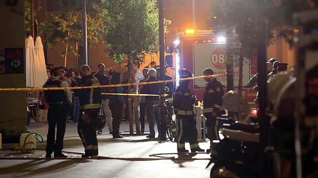 Una mujer muere en el incendio de una vivienda en el barrio barcelonés del Raval. El fuego comenzó en torno a las siete y media de la tarde en un inmueble situado en el número 16 de la Plaça del Pedró.