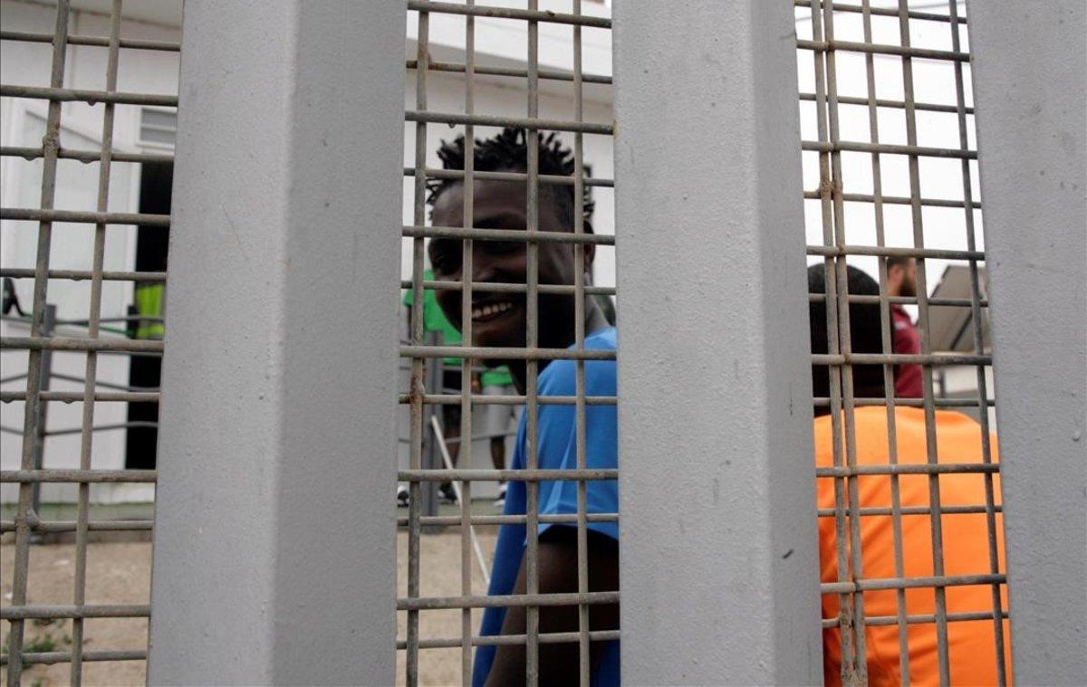 Un inmigrante subsahariano, en el Centro de Estancia Temporal de Inmigrantes de Melilla, tras saltar la valla fronteriza con Marruecos.