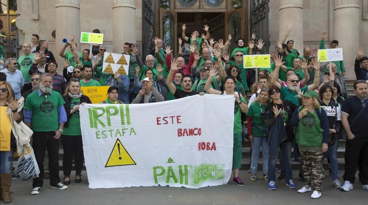 Concentración de afectados por las hipotecas del IRPH ante la Audiencia de Barcelona.