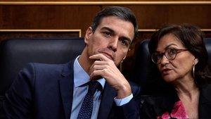 El jefe del Gobierno, PedroSánchez, y la vicepresidentaCarmenCalvo, en el Congreso.