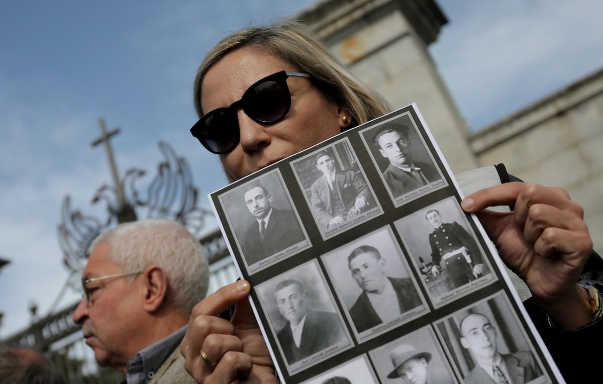 Francisco Cansado y Silvia Navarro, familiares de víctimas del franquismo, en el Valle de los Caídos.