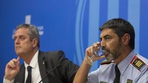 Joaquim Forn y Josep Lluís Trapero, en una rueda de prensa.