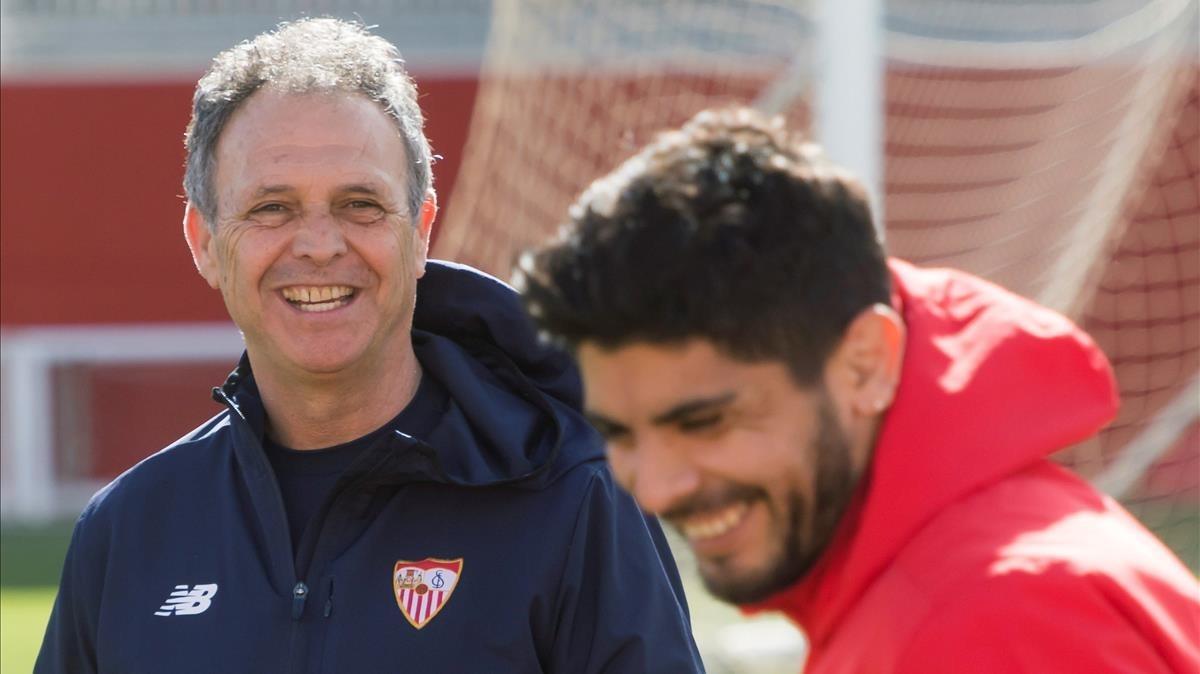 Joaquín Caparrós, con Banega en un entrenamiento del Sevilla.