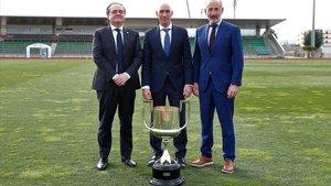 Jokin Aperribay y Aitor Elizegi, presidentes de la Real Sociedad y Athletic Club, junto a Luis Rubiales, presidente de la RFEF.