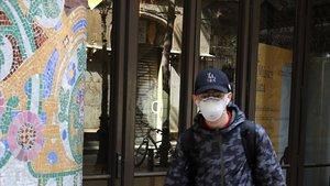 Un joven con mascarilla, en Barcelona.