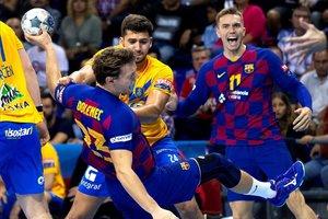 El jugador del Barça Jure Dolenec lanza defendido por Leban