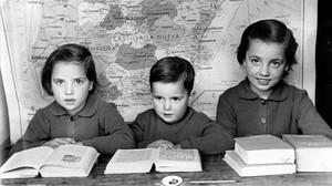 Niños estudiando, en 1955.