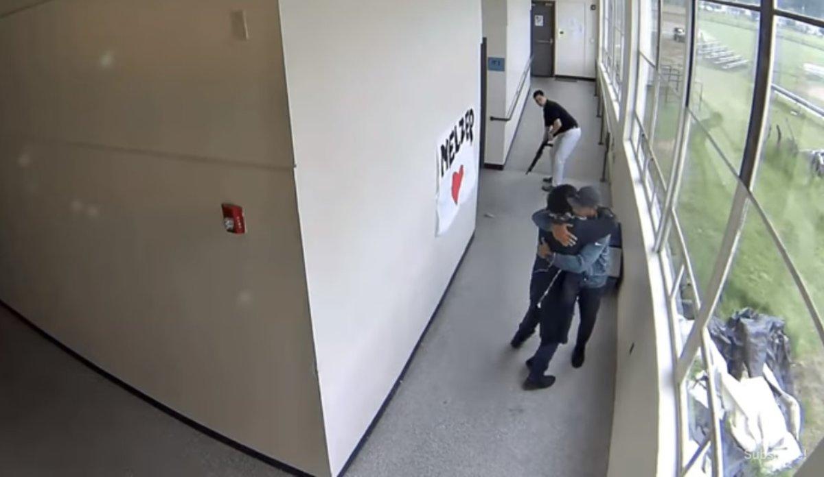Vídeo: Maestro desarma a alumno que pretendía masacre en escuela de EU