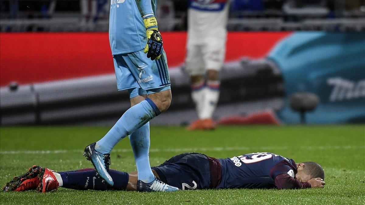 Kylian Mbappé, en el suelo tras topar con Lopes.