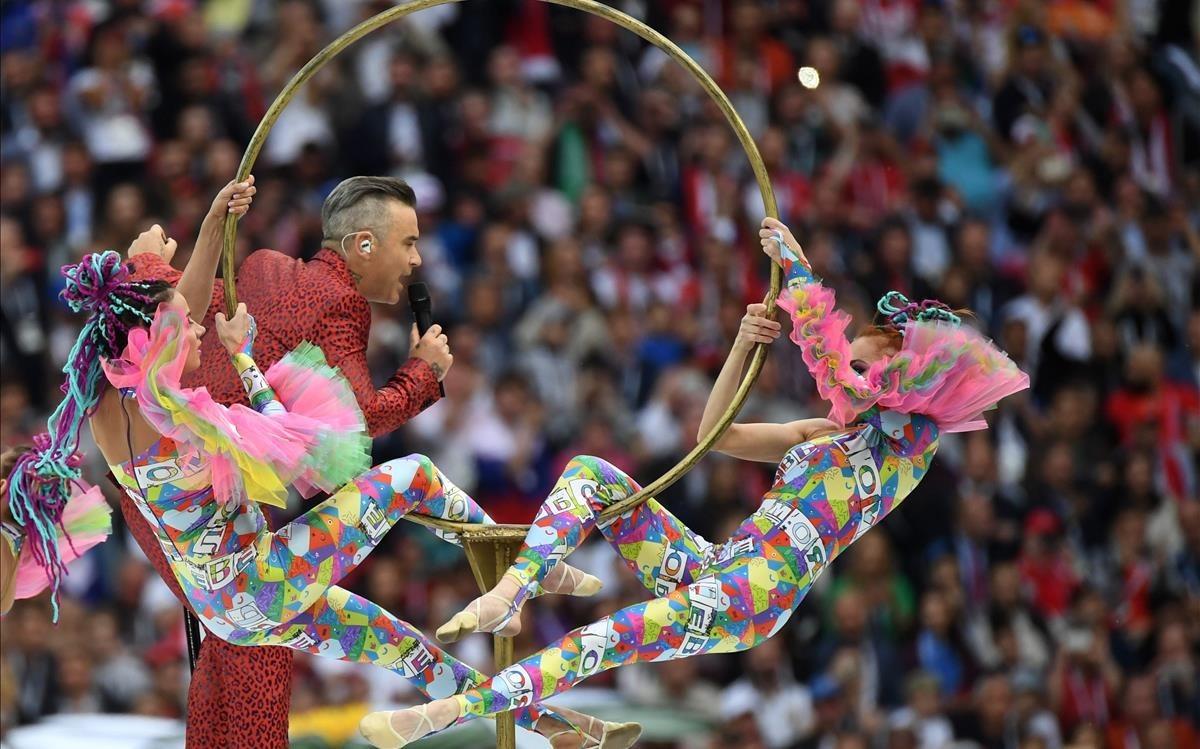 La actuación de Robbie Williams antes de dedicarle una peineta a la cámara.