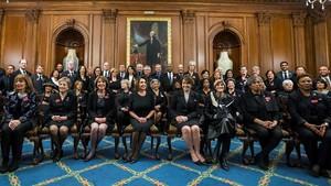 Foto de familia demiembros del Congresovestidas de negro en apoyo al movimiento #MeToo.