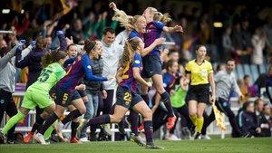 Las jugadoras del Barça celebran el gol de penalti de Mariona.