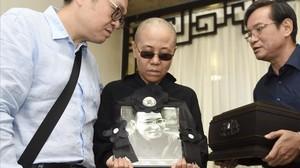 Liu Xia, esposa del premio Nobel de la Paz fallecidoLiu Xiaobo, muestra una foto de su marido en día del funeral.