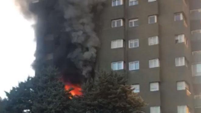 Los Bomberos confirman la muerte de dos personas en el incendio del barrio de Les Corts de Barcelona.