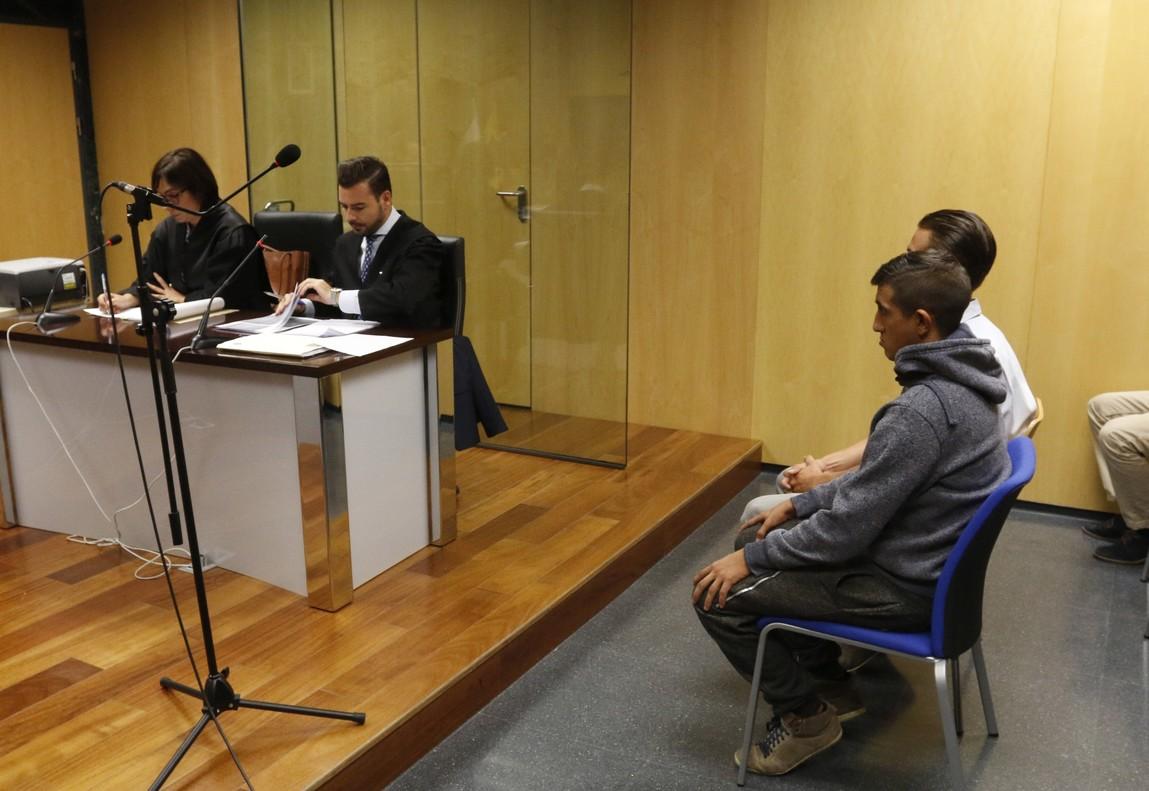 Los dos jóvenes acusados por el maltrato a lechones en Almería.