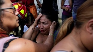 Los familiares de los menores fallecidos esperan ansiosos en el refugio de Virgen de la Asunción.