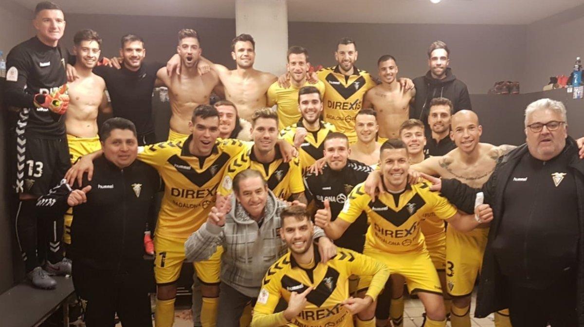 Los jugadores del Badalona celebran el triunfo en el vestuario.